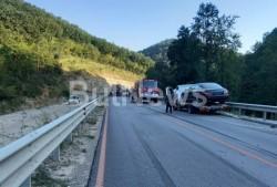 Катастрофа между три возила затвори международния път Е-79 между Мездра и Ботевград