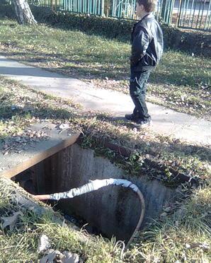 Пешеходна зона-отворена шахта с високо напрежение-в центьра на Ботевград